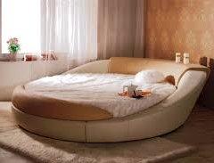 Кругле ліжко в спальні: ЗА і ПРОТИ