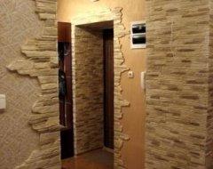 Оздоблення стін у передпокої каменем