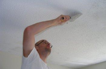 Як видалити побілку зі стелі