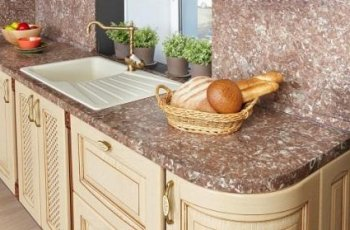 Міцніше, тонше, дешевше: вибираємо стільниці для кухні